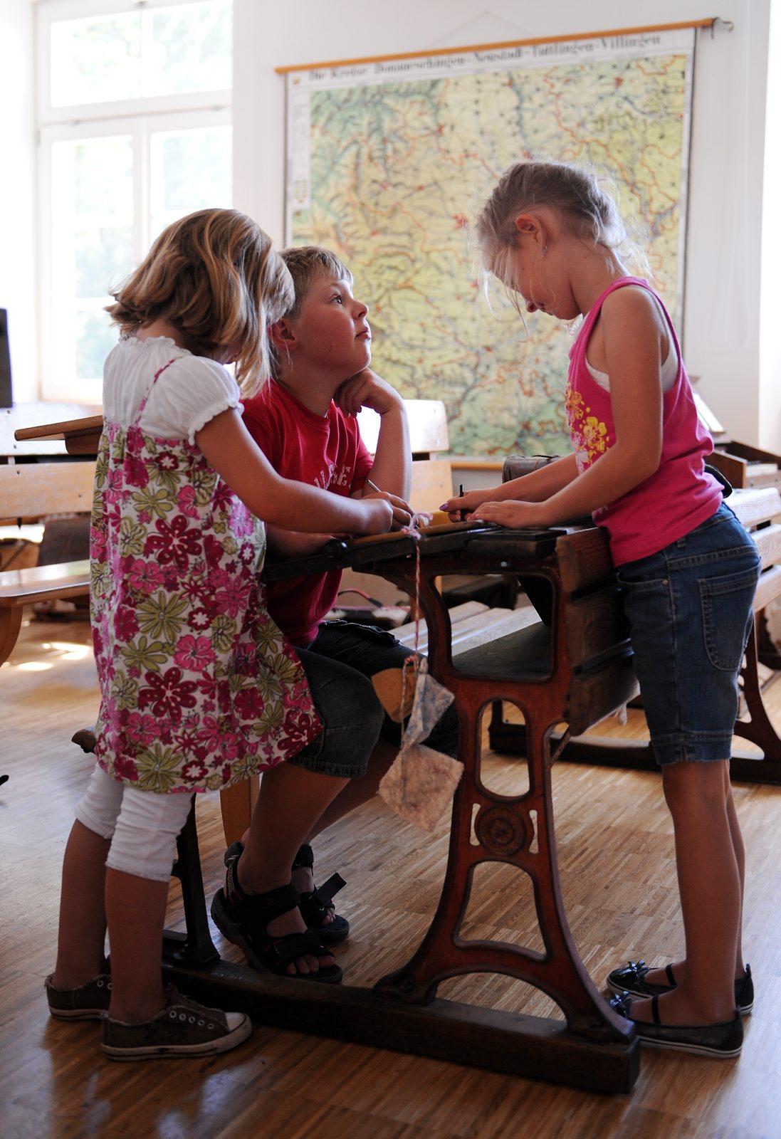 Drei Kinder im Schulmuseum Hüfingen