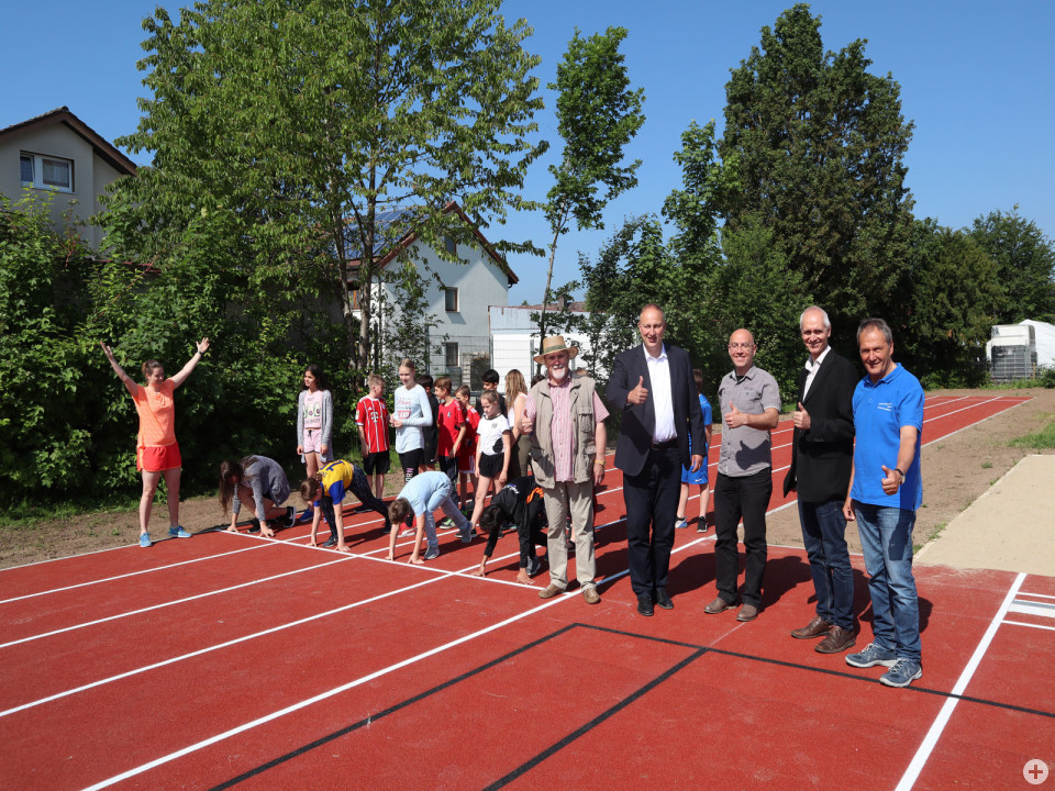 Gruppenbild der Einweihung der Sportanlage LRS