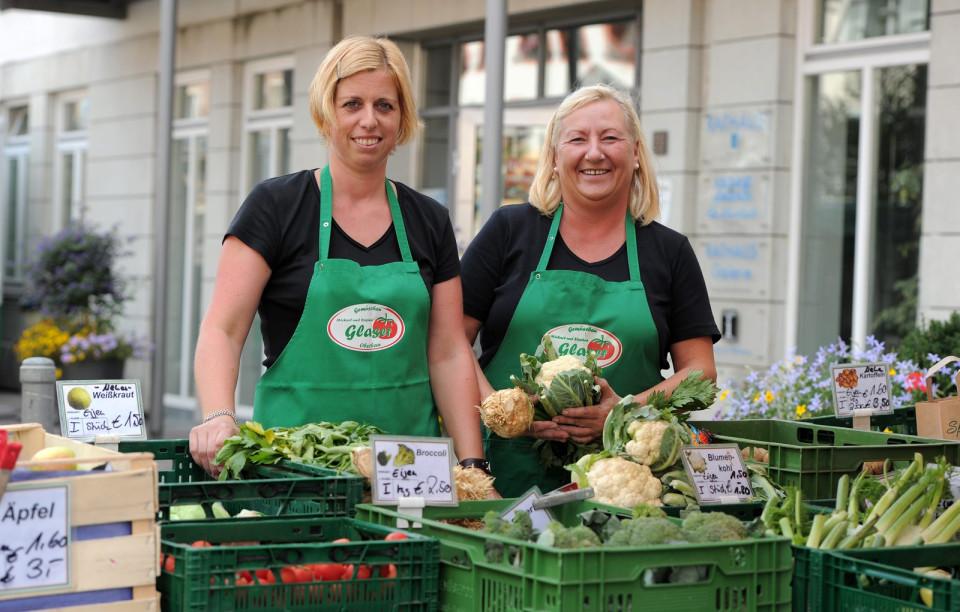 Mitarbeiterinnen des Gemüsebaus Glaser beim Verkauf auf dem Wochenmarkt