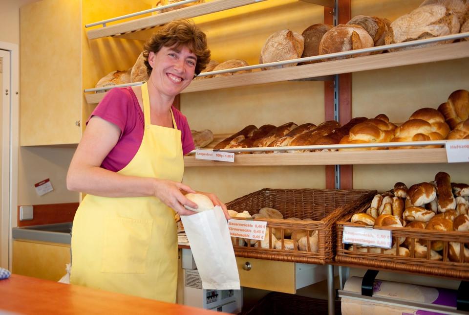 Marita Pliechs beim Verkauf der Backwaren