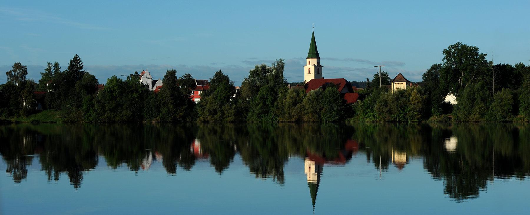 Kofenweiher mit Kirche im Hintergrund