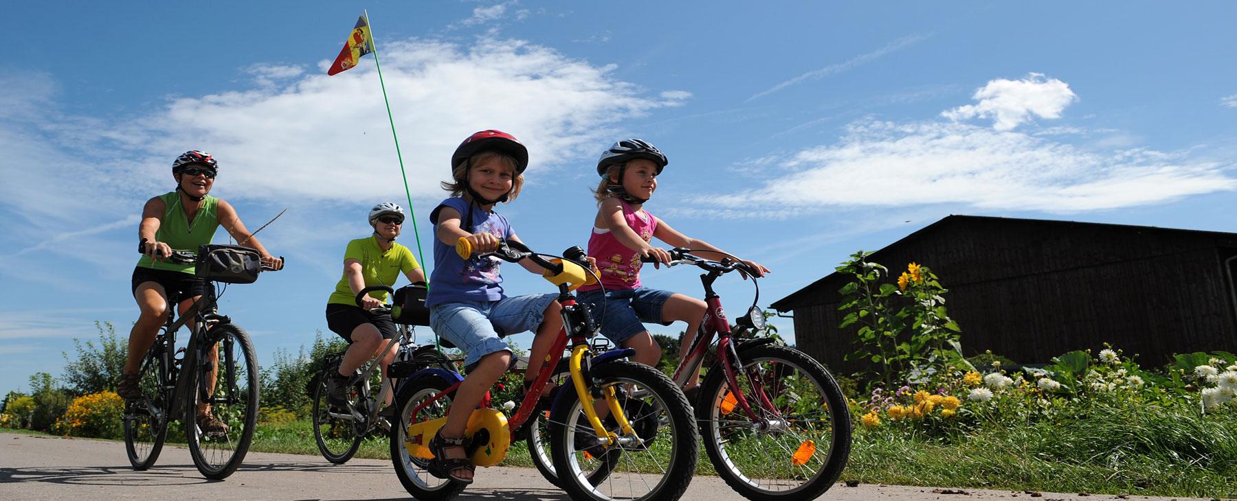 Familie am Radfahren