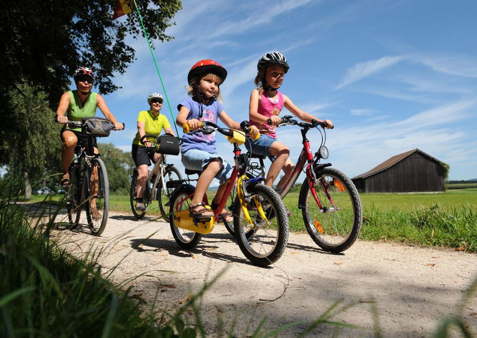 Eine Familie beim Radfahren
