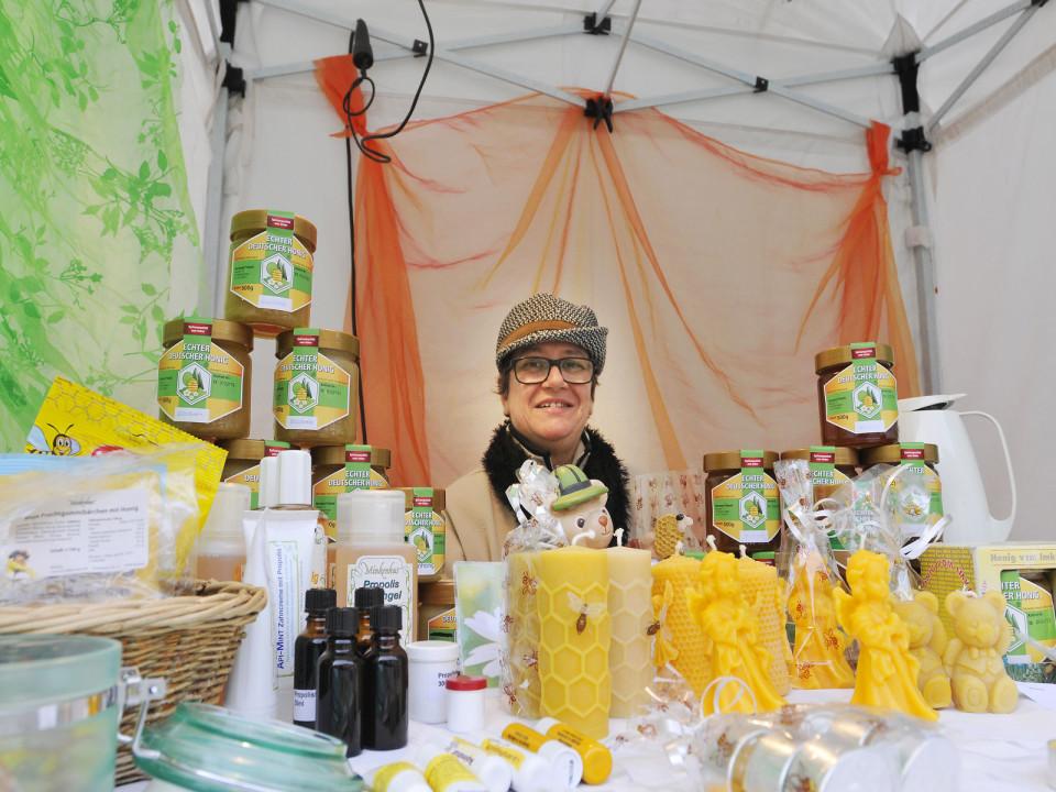 Sonja Fritschi beim Verkauf ihrer Honigprodukte