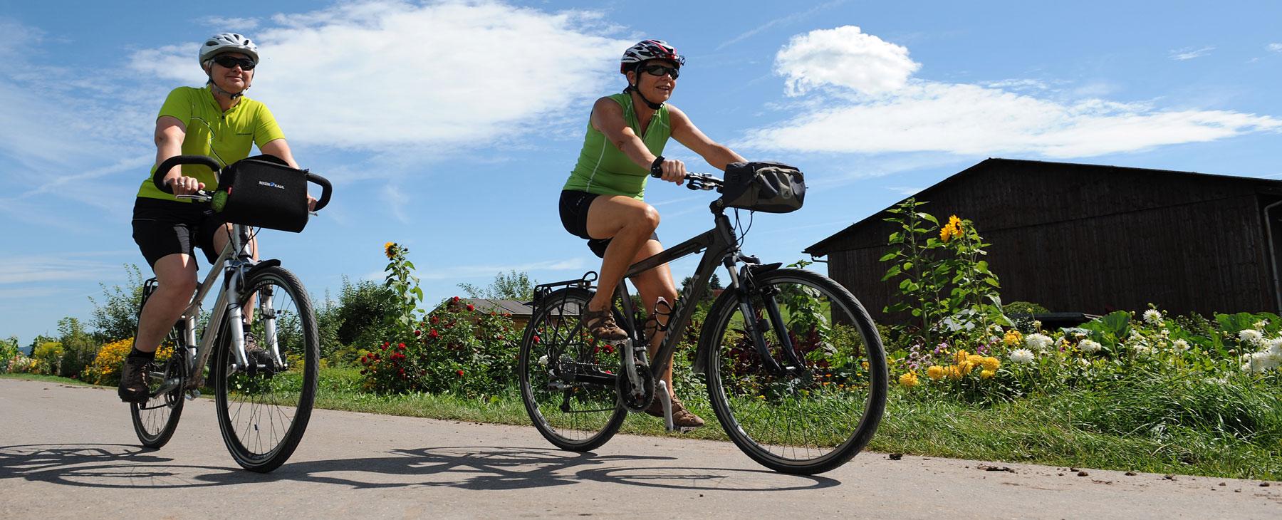 Zwei Radfahrer auf einem Radweg in Hüfingen