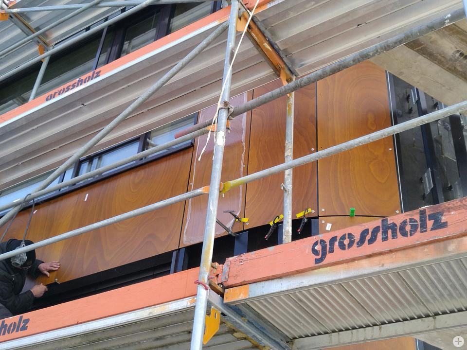 Fassadenplatten werden an der Lucian-Reich-Schule montiert