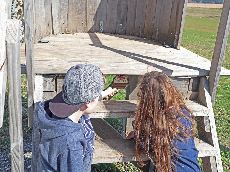 Bei den Bierfassstufen halten die Kinder einen Spiegel hin