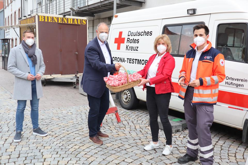 BM Kollmeier übergibt Geschenke an die erste Vorsitzende des DRK Hüfingen, mit dabei Ordnungsamtsleiter Martin Reiser und ORganisatior auf Seiten des DRK Mete Ünal