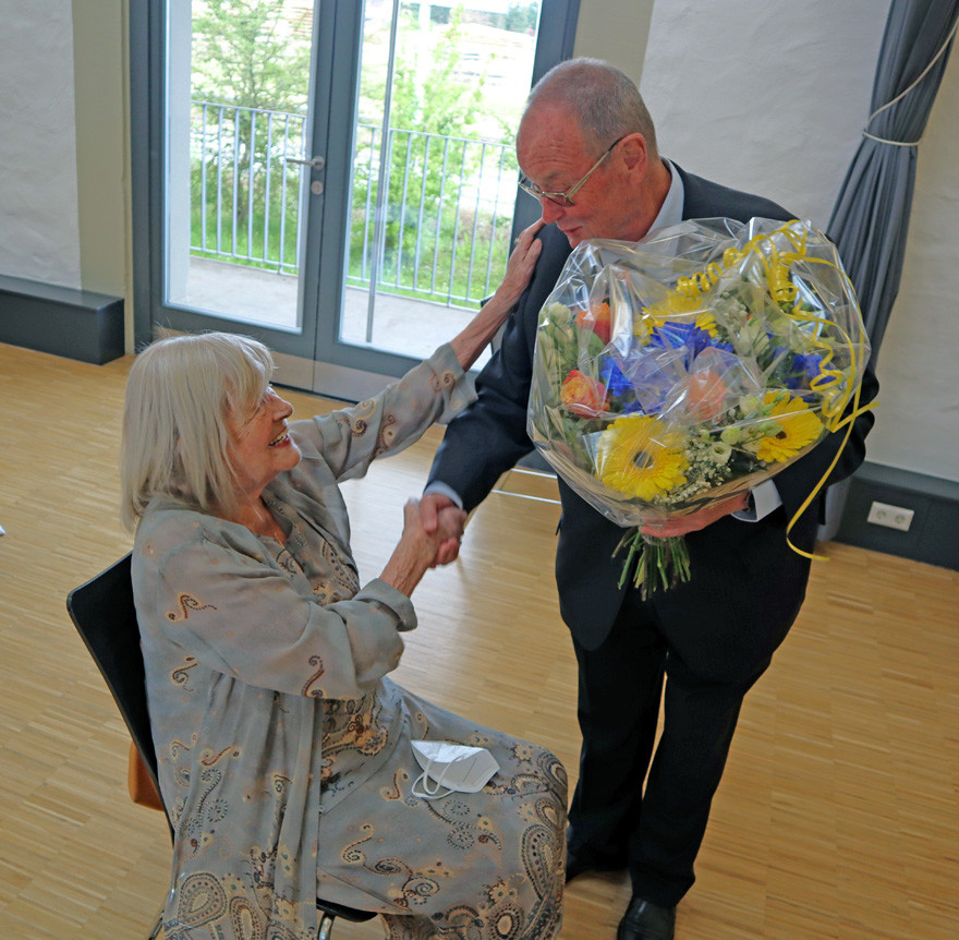 Blumen für die Ehrenbürgerin Eva von Lintig