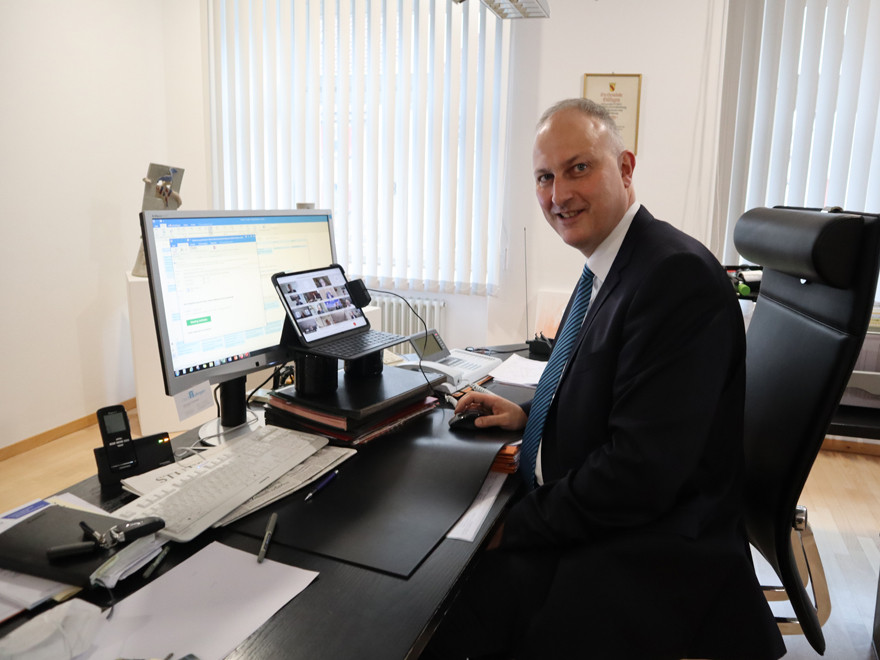 Bürgermeister Michael Kollmeier am Schreibtisch
