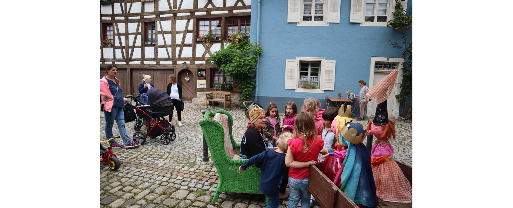 Märchenerzählerin mit Kindern