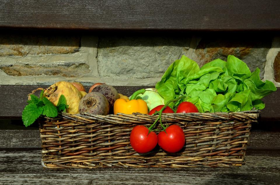 Obst und Gemüse in einer Holzkiste